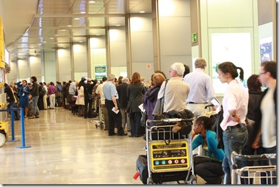 バラハス空港で窓口に並ぶ人々