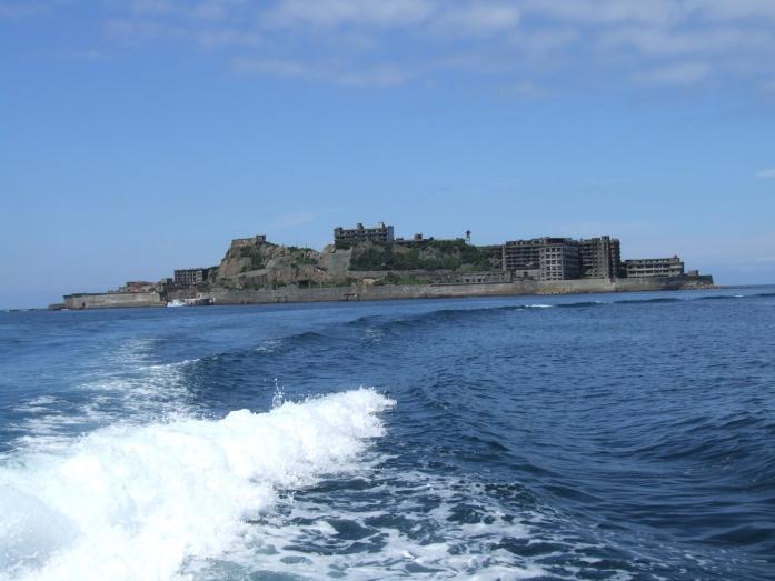 軍艦島と波